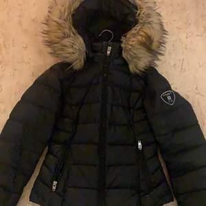 En rockandblue jacka som är använd ca 1 år men hyfsat skick. Köptes förra vintern i butik för 2.800.