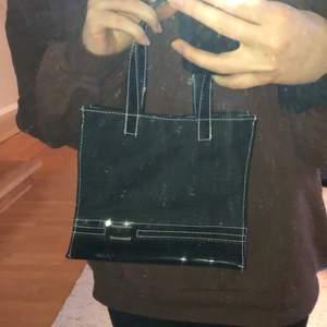 supercool liten handväska i svart tyg med vita kontrastsömmar, silverdetalj och en botten i lack! från när mamma var ung på 90-talet ❤️ skriv för exakta mått