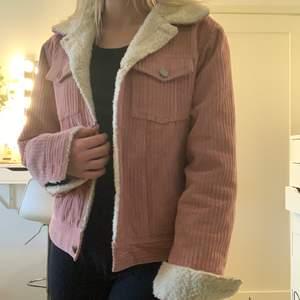 Jättefin rosafärgad manchesterjacka med teddy fleece som detaljer 💕 väldigt fint skick då den knappt är använd!