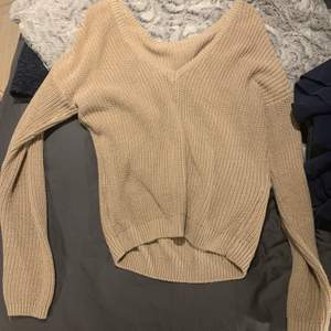 Beige stickad tröja fr nakd, storlek xxs men stor i storleken, jag är vanligtvis S och den sitter bra på mig. 60kr+frakt