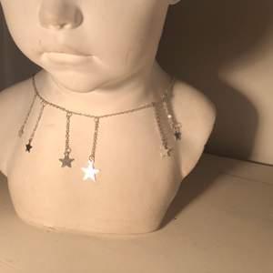 Jättefint silver (inte äkta) halsband med stjärnor som jag fick men inte använt eftersom den inte riktigt är min stil på smycken🌟