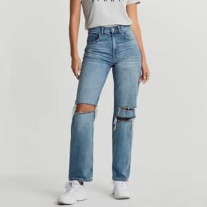 Högmidjade slitna jeans i 90-tals stil, storlek 40. Endast använda ett fåtal gånger så de är i nyskick! Buda från 300 kr. Obs, lånad bild från hemsidan.