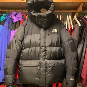 Super snygg, sällsynt och eftertraktade jacka. Gore dryloft med dunfillning. Excellent preowned condition/ Inga hål eller skavanker.