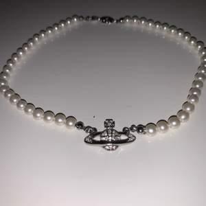 Ett superfint silverhalsband med pärlor från Vivienne Westwood. Det är inte äkta vad jag vet för köpte det på depop för 500kr men det är i perfekt skick så säljer det för 349kr inklusive frakt! Priset kan diskuteras ❤️ Är inte helt säker på att jag vill sälja det. 💕