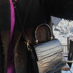 Säljer denna söta handväskan ifrån Mango!! Sparsamt använd. Avtagbart band. Gratis frakt!!
