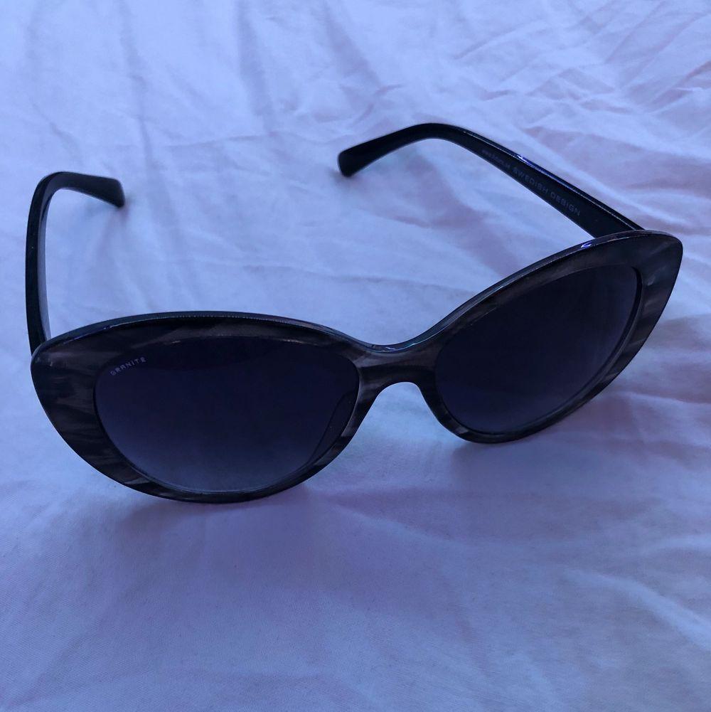 Säljer dessa super fina solglasögon för endast 50 kr + frakt💖💖 De är från granite och ger lite 2000 summer vibes!!!❤️ köparen står för frakten . Accessoarer.