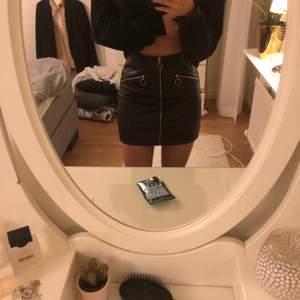 Säljer denna supersnygga och supersköna kjol från shein använd Max två gånger men är i ny skick. Kommer inte till användning för mig och hoppas någon annan kan ha nytta för den. Köparen står för frakten:)