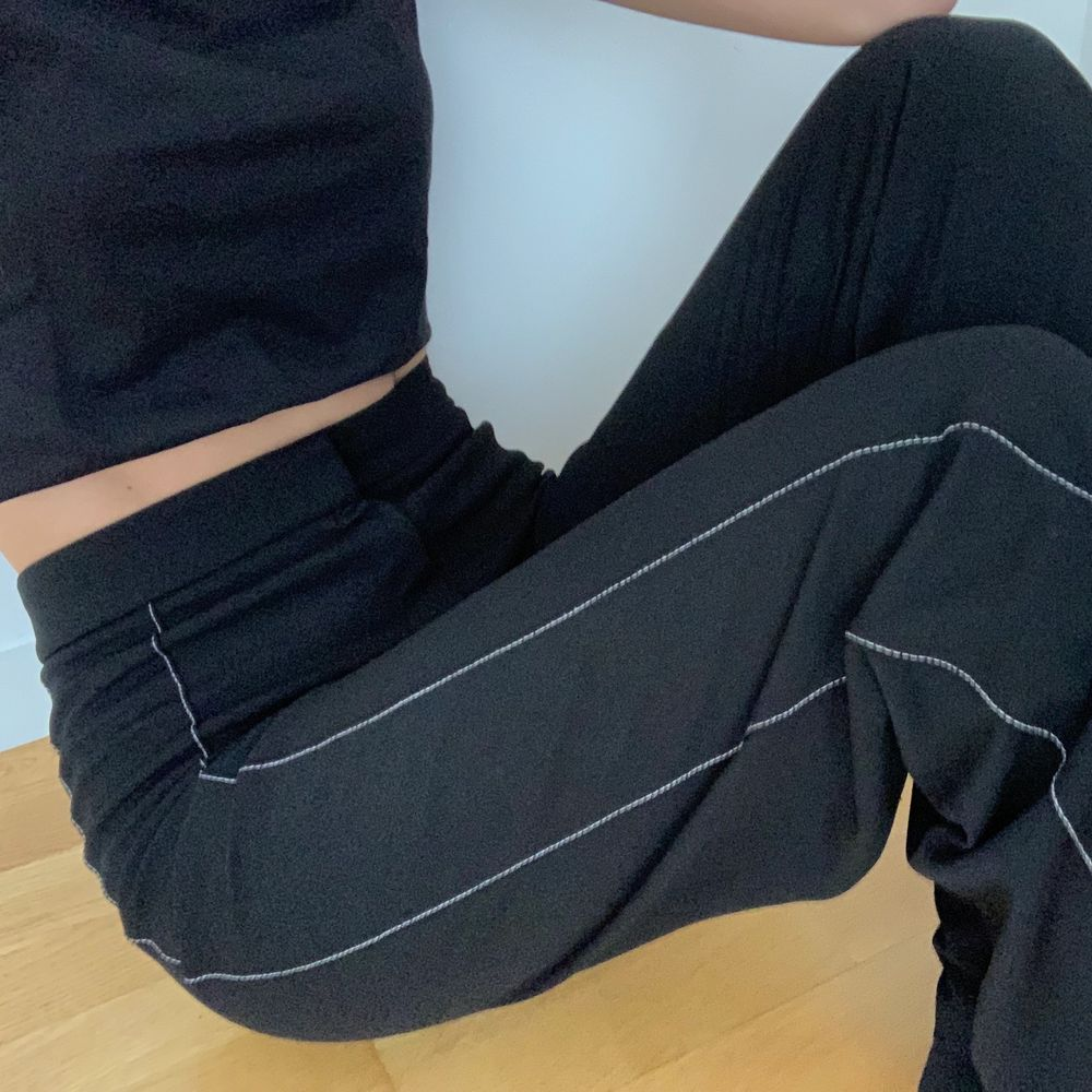 """Svarta kostymbyxor med vita detaljer och slits i mjukt """"trikåttyg"""". Raka och går med till fötterna. Jag är 173. Använda 1-2 gånger. Skitsnygg passform! Strl S. . Jeans & Byxor."""