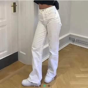 säljer dessa vita jeans från zara i strl 36, köpte på plick men var lite för stora för mig. inte mina bilder men byxorna ser exakt likadana ut! buda i kommentarerna