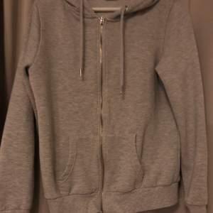 säljer denna fina zip hoodie som inte kommer till någon andvändning! andvänd men fortfarande super fin. storlek 40 men väldigt liten i storlek, skulle säja att den passar en xs/s! köparen står för frakten