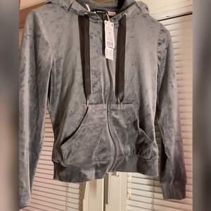 Säljer denna koftan som var trendig för ett tag, köpt från Gina tricot i storlek Xs, aldrig andvänd alltså i nyskick, köpt för 250 säljer för 150