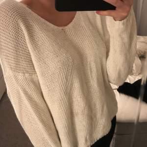 säljer denna superfina stickade tröja som är andvänd ca 2 gånger så helt nytt skick! super skön och fin.