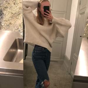 Ännu en otroligt snygg stickad tröja! Sjukt mysig och perfekt oversized. Köptes på Zara för nått år sedan men har änvänts snålt och är därför fortfarande i bra skick! Storleken är S men med tanke på att den är oversized passar den nog de flesta! Pris kan diskuteras!