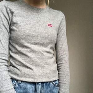 En grå levi's tröja med levi's märke på framsitan. Sällan använd och i bra skick. Köparen står för frakten