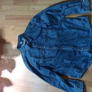 Superfin jeansskjorta från H&M. Köpt i somras och kan användas som jacka eller vanliga skjorta. Använd fåtal gånger. Jättebra skick. Nypris 299 kr. Frakt tillkommer.