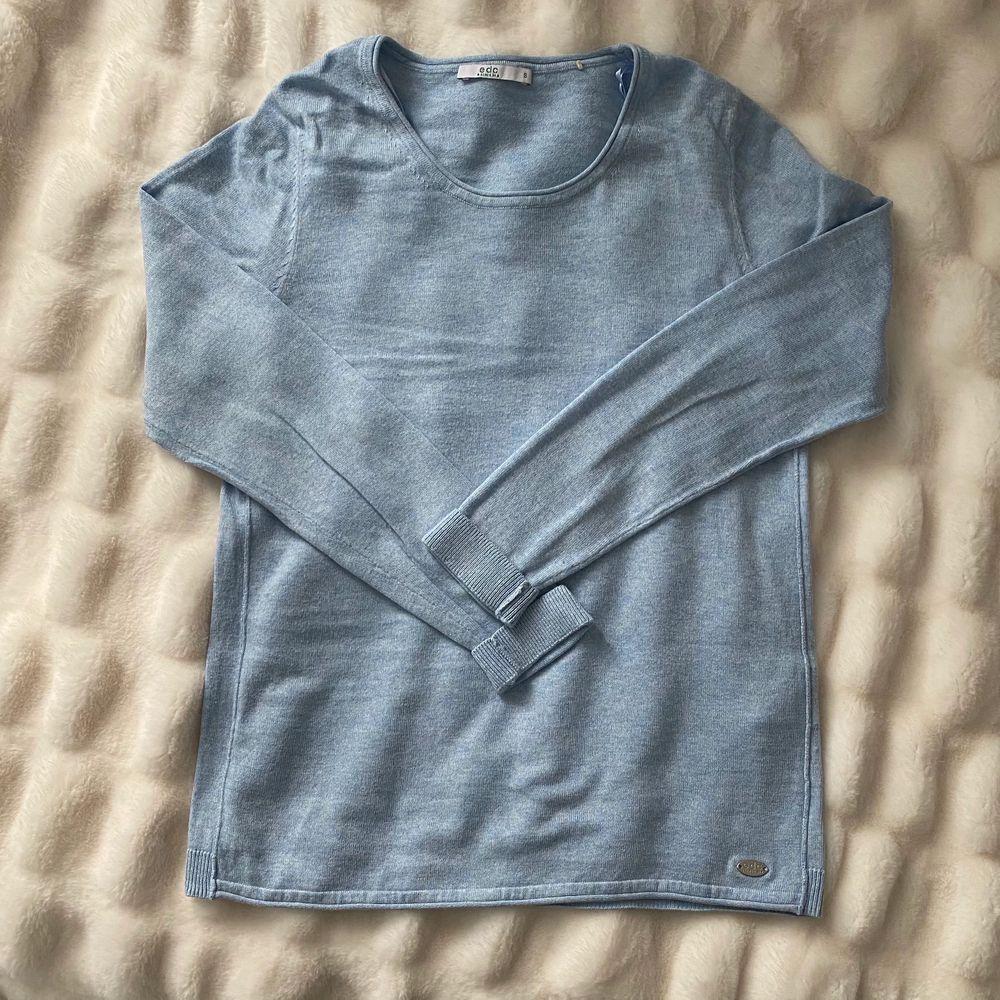 Blå tröja från Esprit, använd fåtal gånger då den inte är min stil längre. Köparen står för frakt. . Tröjor & Koftor.