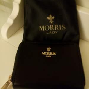 Helt oanvänd plånbok fr Morris Lady. Säljer för 100kr. Kan skickas mot fraktkostnad 😊