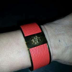 Rött armband fr Tory Burch, knappt använt o självklart äkta!!! Kan skickas mot fraktkostnad 😊