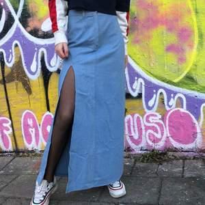 Hippaste kjolen du kan hitta🤙🔥 150 kr Strl S För att pimpa upp denna gjorde vi en slits och vilket liv den fick😍 köpare står för frakt☺️ 📦