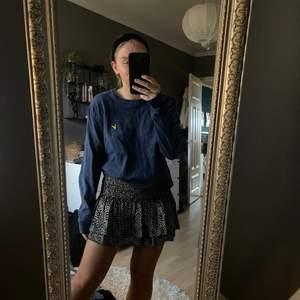 En vintage tröja i marinblått från lyle and scott. I superfint skick, inte nopprig alls eller något sånt, sticks inte💜 storlek M men passar mig fint som är S