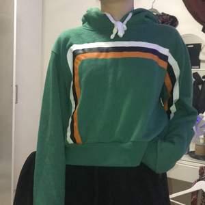 Grön hoodie från bikbok. Liten i storlek. Väldigt retro och fin. Väldigt bra skick. Skriv för frågor. 💓💓