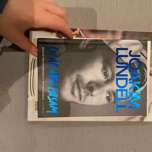 """En bok av Joakim Lundell """" Du är aldrig ensam""""."""
