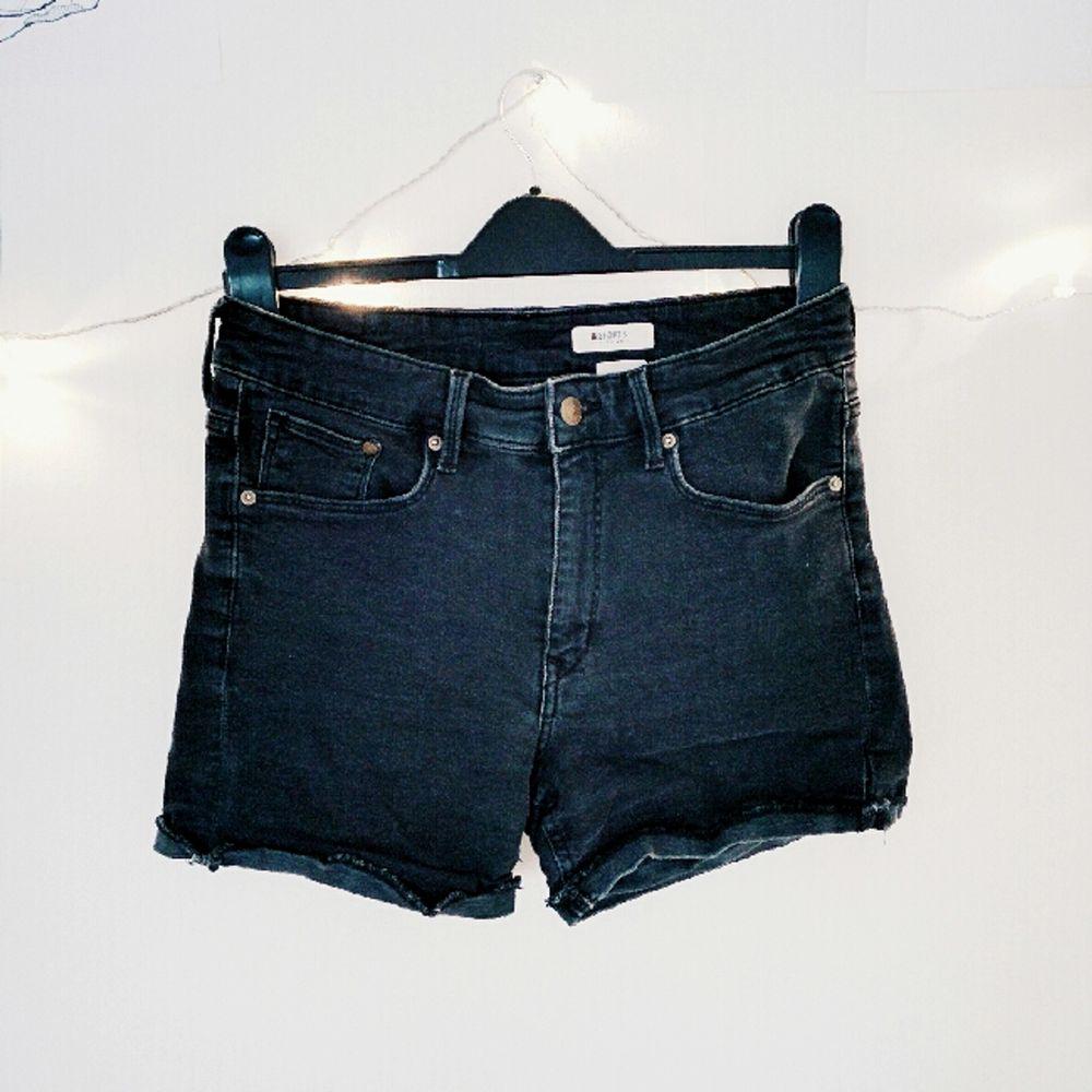 Svarta, korta jeansshorts i superstretchigt material. Världens skönaste verkligen, och sitter som en smäck! De är inte fransiga nedtill, de har en sydd kant som ska vara uppvikt egentligen :). Jeans & Byxor.
