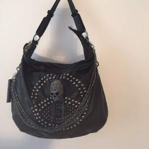 Snygg helt oanvänd väska i läderimitation.  Kan mötas upp i Stockholm, annars betalar köparen frakten!