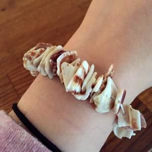 Helt ny shell armband som jag aldrig använt Kan mötas upp vid T-centralen  Kan skicka via post, 7kr på frakt Smsa gärna 0737632397, ringa efter kl.15