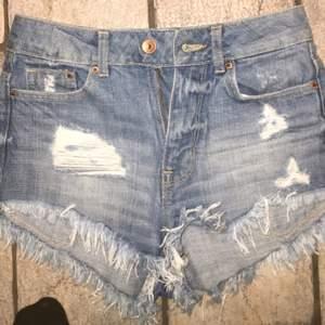 H&M jeansshorts. Aldrig använda, strl 32 Tar swish!