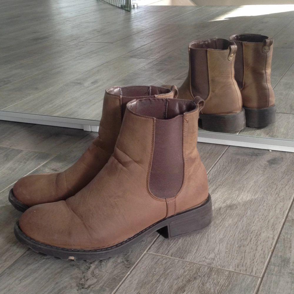 Fina och använda ett fåtal gånger, boots från skopunkten, en liten missfärgning på framsidan men annars i perfekt skick Kan skickas mot fraktkostnaden . Skor.