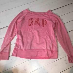 """Tunn sweatshirt från Gap i fin rosa färg. Gap """"broderat"""" på framsidan, perfekt nu på sommaren eller tidig höst då den som sagt är lite tunnare. Använt kanske 1 gång, köpt för ca 600 kr."""