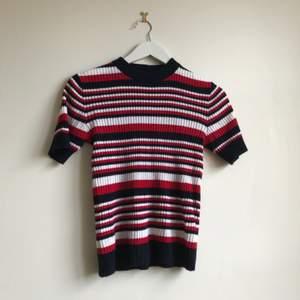 En tröja från POP sthlm  Jag skulle säga att det är en S men den är stretchig så om man har M funkar den också :-)