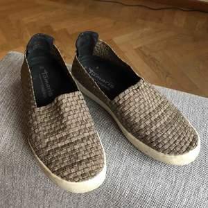 Supersköna o balla skor från Tamaris, den vita sulan behövs tvättas rent men annars är dem som nya. 50kr + 63kr i spårbar frakt ✉️