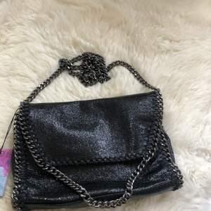 Svart glittrig väska med mörkgrå kedja! Perfekt normal storlek! Helt ny, aldrig använd! 200kr