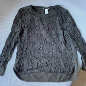 Bilden ger ej rättvisa, väldigt fin och bekväm tröja. Aldrig använd. Säljs pga för liten. Köpt för 299kr