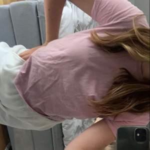 En rosa tshirt i storlek M men skulle säga att den är som en xs/s