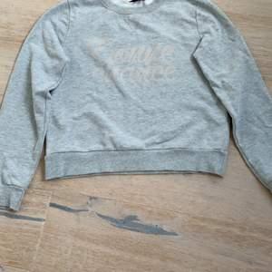 Jätte snygg tröja från Gina i storlek small men text i mitten. Säljer åt en kompis                                           100kr frakt tillkommer på 60kr. Buda!