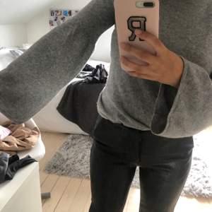 Säljer denhär supermjuka tröjan från softgoatcashmere! Tröjan är i strl xs men skulle även passa S. Tröjan är 100% cashmere och därför priset (ordinarie pris låg runt ca 2000 kr)❤️ köpare står för frakt💋💋