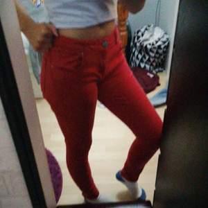 Så häftiga röda jeans som tex skulle bli skit cool med en skin jacka💖så sköna och sitter så fint💖