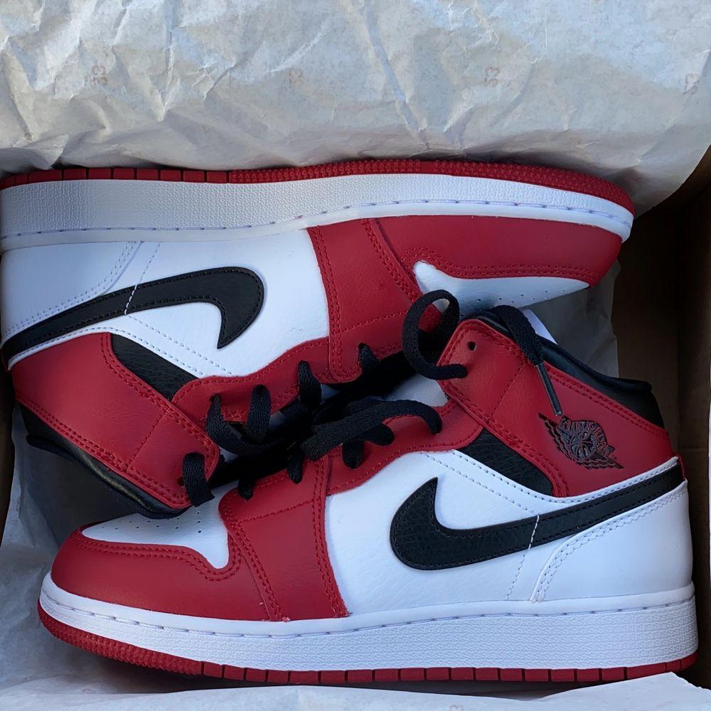Jag gör en intressekoll på mina Chicago Jordan 1 som jag köpte idag fast råkade välja fel storlek heheh... (även intresserad av byte) avslutar budgivningen på torsdag (27 augusti) budet ligger på 2250!!. Skor.