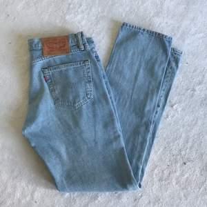 Säljer dessa jeans från levis. Har tyvärr inga bilder med jeansen på pågrund av att de är för små. Har vanligtvis 36 eller 38 i jeans och dessa sitter extremt tajt i både lår och midja på mig så skulle rekommendera till någon som är lite mindre. Passar någon som är ca 1,67 cm lång. De är raka och har ganska låg midja. Skriv om du vill ha fler bilder, (inga på).