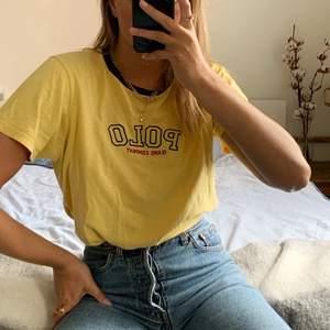Jättefin vintge Ralph Lauren t-shirt! Stl L men skulle absolut säga att det är en S/M! Knappt använd och i väldigt bra skick!