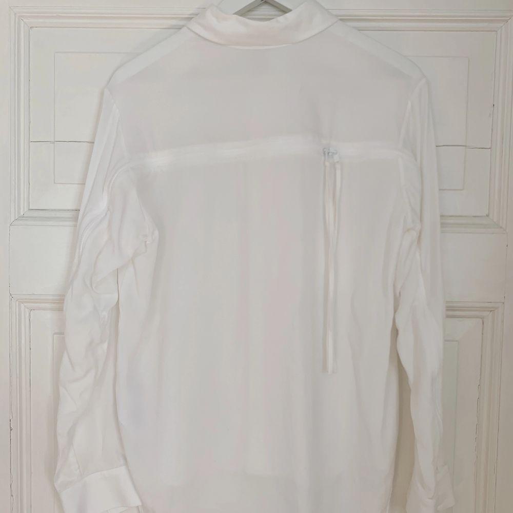 En vit skjorta med dragkedjor och coola detaljer från Adidas Y-3. Köparen står för eventuell frakt📦. Skjortor.