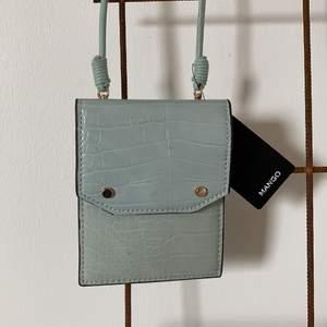 Chic liten handväska till mobil, pengar elr pass!🌼 köp på mango för 200kr. Säljs precis som ny med prislappen kvar! 🌻 kan skicka mot frakt eller mötas upp!