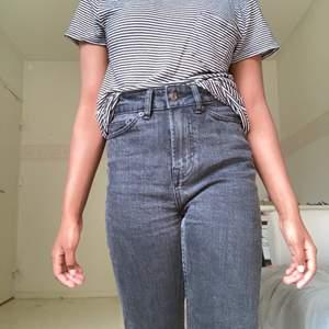Svart oh vitrandig tröja från hollister som är ganska lång i storleken, ett litet hål på undersidan av bröstfickan, men går att laga.