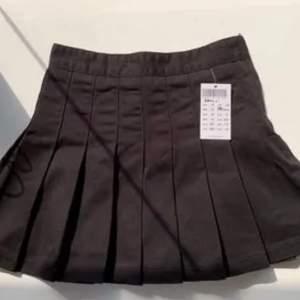 Säljer denna jättefina tennis/skater kjol, den är köpt här på Plick för 413 kr , men den var tyvärr för liten för mig som brukar ha xs-s i underdelar. Den har dragkedja på sidan.       (Bilden är lånad av förra säljaren)