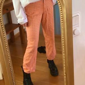 Unika kostymbyxor med orangerutigt mönster 🧡 Högmidjade, ankellängd och storlek S men är ganska stretchiga så passar nog också en M