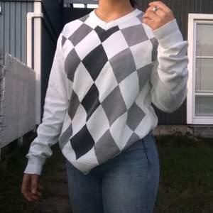 Väldigt trendig rutig sweatshirt i storleken Large. Jag är 163 och den sitter lite slappt och löst så passar säkert någon längre😁 Skriv till mig privat så kan du göra ett snabbt köpe ;)