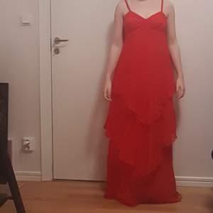Superfin röd lång klänning i storlek 36-38. Passar både till sommarkvällar och finare fester. Vill bli av med så hör gärna av er om ni undrar något!